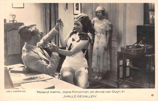 """Ansichtkaart Film Filmster Roland Verno Jopie Koopman en Annie van Duyn in """"Malle gevallen"""" Loet C. Barnstijn Film 8 HC9247"""