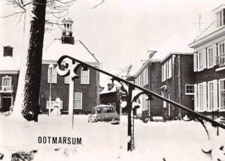 Ansichtkaart Ootmarsum in de sneeuw met auto 1976 HC9348