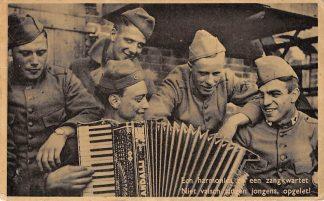 Ansichtkaart Militair Mobilisatie 1939 Een harmonica en een zangkwartet Niet valsch zingen jongens, opgelet! Soldaten Muziek WO2  HC9759
