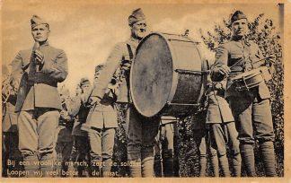 Ansichtkaart Militair Mobilisatie 1939 Bij een vroolijke marsch, zegt de soldaat Loopen wij veel beter in de maat Muziekkorps Soldaten WO2 HC9764
