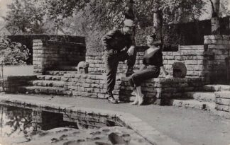 Ansichtkaart Militair met meisje op stenen bank Soldaten HC9880