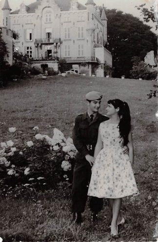 Ansichtkaart Militair Soldaat met meisje in aprk bij kasteel Soldaten HC9886