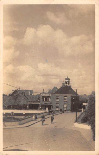 Ansichtkaart Ommen Vechtbrug en Gemeentehuis Garage Hurink met benzinepomp 1943 HC10015