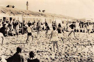 Ansichtkaart Egmond aan Zee Volleyballen op het strand Duinen Vuurtoren Sport HC10084
