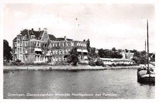 Ansichtkaart Groningen Diaconessenhuis Westzijde Hoofdgebouw met Paviljoen Binnenvaart schepen Scheepvaart 1953 HC10111