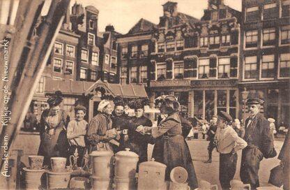Ansichtkaart Amsterdam Kijkje op de Nieuwmarkt markt Straatleven Volksleven HC10143