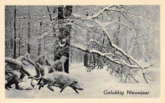 Ansichtkaart Militair WO2 Mobilisatie Soldaten in de sneeuw op varkensjacht Soldaten 16e batterij gelegerd te Geldermalsen Gelukkig Nieuwjaar HC10227