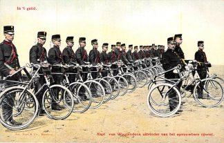 Ansichtkaart Militair Wielrijders Kapt. van Wagtendonk uitvinder van het opvouwbare rijiel Soldaten op de fiets HC10293