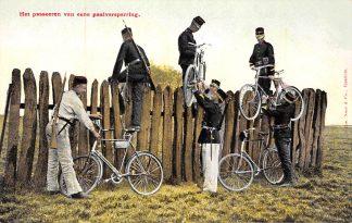 Ansichtkaart Militair Wielrijders Het passeren van een paalversperring met de fiets Soldaten HC10294