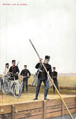 Ansichtkaart Militair Wielrijders Springen met de polsstok Soldaten met de fiets HC10295