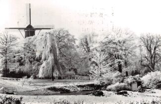 Ansichtkaart Gouda Wintergezicht Houtmansplantsoen en Molen Het Slot in de sneeuw 1976 HC10374