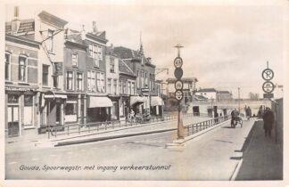 Ansichtkaart Gouda Spoorstraat met ingang net gebouwde verkeerstunnel vlak voor de oorlog Seinhuis Spoorwegen Sparo9HC10375