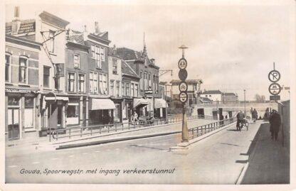 Ansichtkaart Gouda Spoorstraat met ingang net gebouwde verkeerstunnel vlak voor de oorlog Seinhuis Spoorwegen HC10375