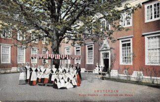 Ansichtkaart Amsterdam Burger Weeshuis Binnenplaats der meisjes Klederdracht HC9968