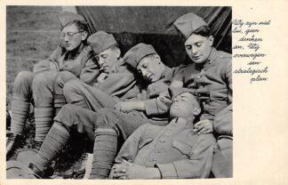 Ansichtkaart Militair Mobilisatie 1939 WO2 Slapende soldaten die een strategisch plan bedenken HC10693