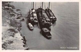 Ansichtkaart Onbekend Mooi Nederland Binnenvaart schrpen in de rivier Scheepvaart 1942 HC10792