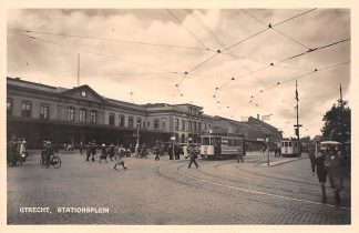 Ansichtkaart Utrecht Stationsplein met Station Trams Type fotokaart HC10862