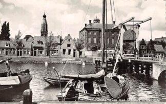 Ansichtkaart Enkhuizen Oosterhaven met Stadhuis achterzijde Binnenvaart schepen 1956 HC10932