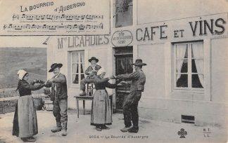 Ansichtkaart Frankrijk La Bourres d'Auvergne Mon Licardies Café et Vins Dansen voor de herberg France Europa HC10940