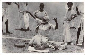 Ansichtkaart Sri Lanka Ceylon Colombo Slangenbeweerder Fotografische afdeling m.s. Willem Ruys Holland Amerika Lijn 1959 Azië HC11006