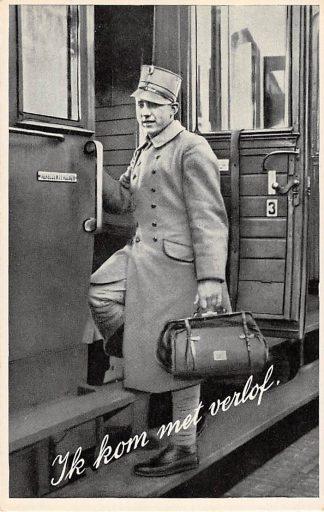 Ansichtkaart Militair Mobilisatie 1939 WO2 Soldaat met verlof stapt in de trein HC11059
