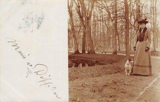 Ansichtkaart Den Haag Fotokaart Dame met hond in het park of het bos 1904 HC11076
