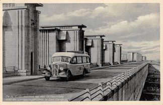 Ansichtkaart Den Oever De A.T.O. Auto bus op den verkeersweg over de uitwateringssluizen 1936 IJsselmeer Wieringen HC11083