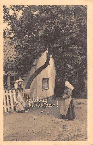 Ansichtkaart Klederdracht onbekend Gelukkig Nieuwjaar Vrouwen en kind bij boerderij HC11135