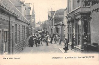 Ansichtkaart Krommenie Assendelft Dorpstraat met volk  HC11265