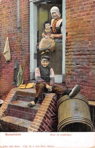 Ansichtkaart Bunschoten Spakenburg 1905 Over de onderdeur Moeder en kinderen Klederdracht HC11292