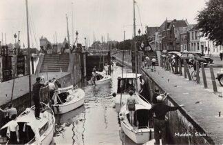 Ansichtkaart Muiden Sluis met zeilschepen 1959 HC11376