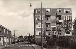 Ansichtkaart Brielle M.H. Trompstraat met Flatgebouw 1958 HC11424