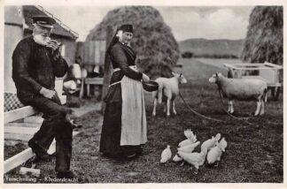 Ansichtkaart Terschelling Klederdracht Boer en boerin in klederdracht Voeren van de kippen 1951 HC11456