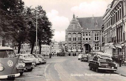 Ansichtkaart Groningen Praediniussingel met museum Auto VW 1965 HC11627