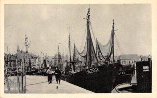 Ansichtkaart Urk Haven met Urker kotters UK 125 125 en 202 Vissers schepen HC11820