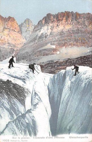 Ansichtkaart Zwitserland Sur le Glacier Treversee d'une crevasse Gletscherpartie Bergbeklimmers Alpinisme Suisse Schweiz Switzerland Europa HC11858