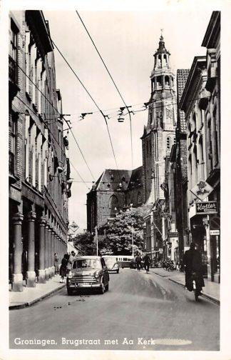Ansichtkaart Groningen Brugstraat met AA Kerk Auto VW 1957 HC11937
