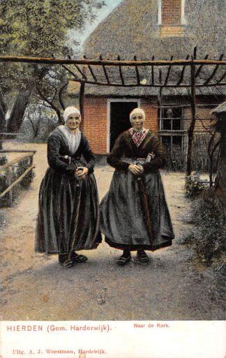 Ansichtkaart Hierden Gem. Harderwijk Naar de Kerk Boerin en dochter in klederdracht Veluwe HC12051