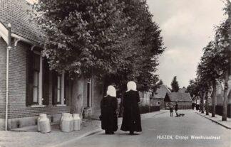 Ansichtkaart Huizen (NH) Oranje Weeshuisstraat met vrouwen in klederdracht 1971 HC12395