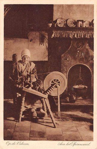 Ansichtkaart Elspeet Op de Veluwe Aan het spinnewiel Boerin in klederdracht HC12552