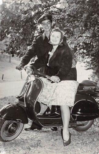 Ansichtkaart Militair Soldaat met vriendin op scooter HC12561