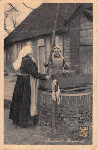 Ansichtkaart Noord-Brabant Brabantsch Dorpsleven Aan de put Vrouwen in klederdracht 1947 HC12728
