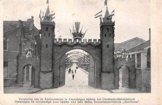 Ansichtkaart Vlaardingen 1913 Versiering van de Stationsstraat tijdens het Onafhankelijksfeest Ontworpen en ververvaardigd door Gebrs. Van den Berg Stoomtimmerfabriek Akerboom HC12748