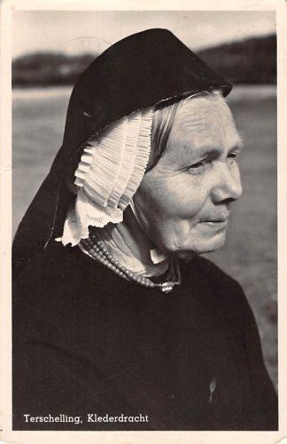 Ansichtkaart Terschelling Vrouw in klederdracht 1950 HC12764
