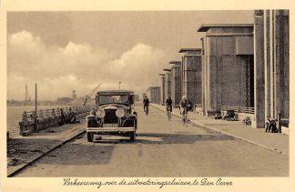 Ansichtkaart Den Oever Verkeersweg over de uitwateringsluizen met auto Wieringen Afsluitdijk IJsselmeer HC12783