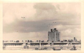 Ansichtkaart Amsterdam Fotokaart Bakels Amerikaanse Bommenwerpers droppen voedselpakketten begin 1945 WO2 Luchtvaart  HC12962