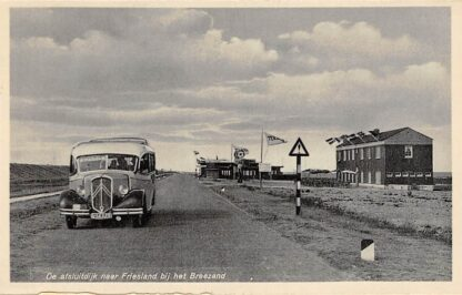 Ansichtkaart Den Oever De Afsluitdijk naar Friesland bij het Breezand met A.T.O. auto bus Wieringen IJsselmeer HC12972