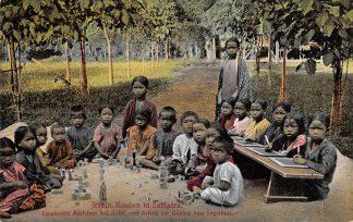 Ansichtkaart Nederlands-Indië Bataksche meisjes aan het spel en arbeid in de tuin van Laguboti Indonesië Indonesia Azië Rheinische Mission Deuitsland HC13159