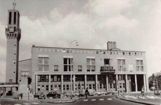 Ansichtkaart Hengelo (OV) Stadhuis met auto's 1965 HC13301
