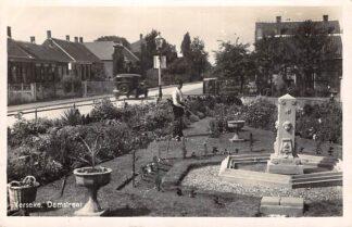 Ansichtkaart Yerseke Damstraat met monument Floralia 1942 HC13342